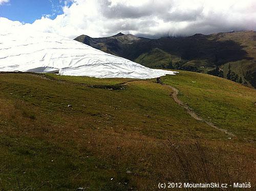 Taliani prefíkane schovali sneh pod bielu plachtu
