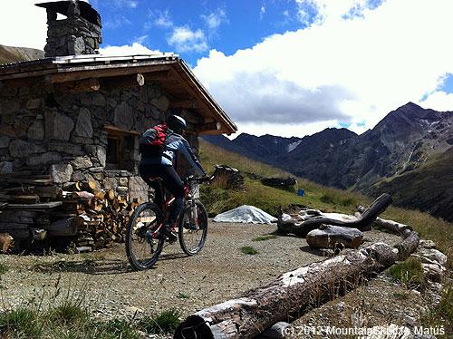 Občas sme natrafili na plne funkčnú, voľne prístupnú, bivakovitú chatku sdokonalou turistickou výbavou