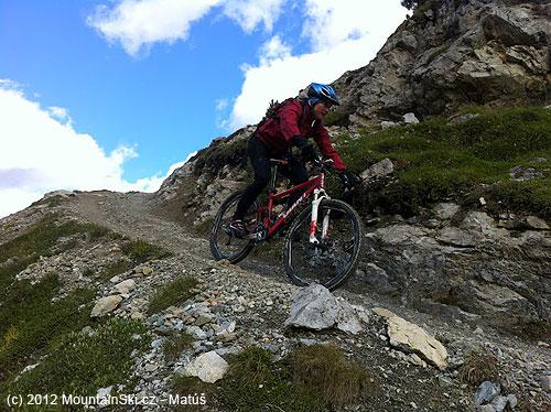 Kruté klesanie od jazera Lach dal Mont