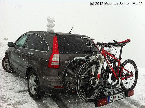 Cestou domov, niekde pod Stelvio Pass, reťaze ostali doma, aj lyže,chyba