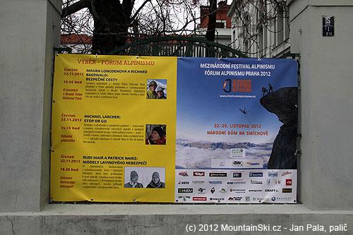 Plakát sprogramem Mezinárodního festivalu alpinismu vedle Národního domu na Smíchově