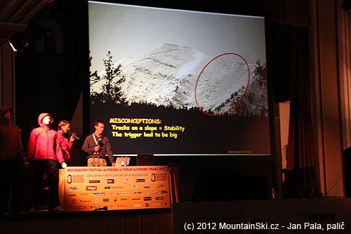 Jeden den sundal jeden maník lavinou celý svah vlevo, druhý den na pravém svahu se stejnými podmínkami lyžovaly davylidí