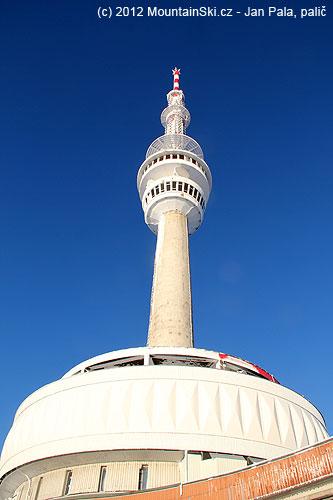 Podvečerně nasvícená věž vysílače na Pradědu