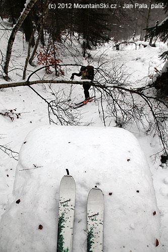 Pohled zmůstku na kolegu, stím stromovým vylepšením bych to na lyžích nedal, okole ani nemluvě