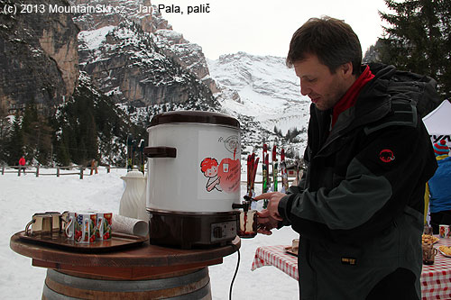 It is needed to drink something before skinning uphill from Pederü to Rifugio Fanes, the best choice is hot wine