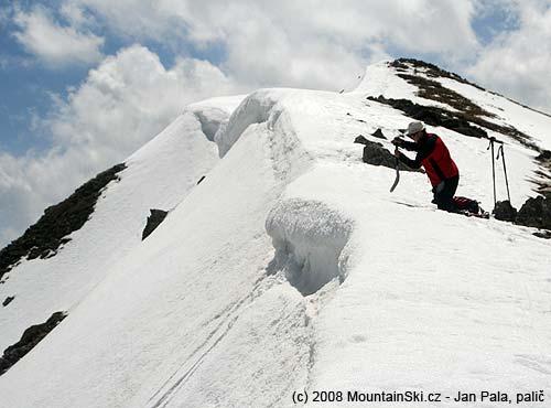 Chuckie poprvé boří lopatu do sněhu kpokusu ouvolnění malé převěje zhřebene ve výšce 2724metrů