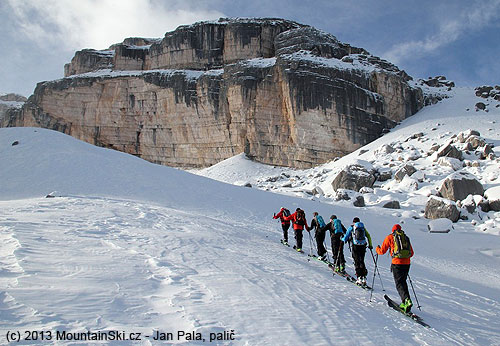 Agroup under the leadership of mountain guide Franz Perchtold climbed towards Monte Castello