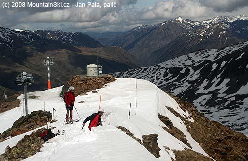 Pohled zpátky do údolí lyžařského střediska, Veronika pozorně sleduje Chuckieho počínání
