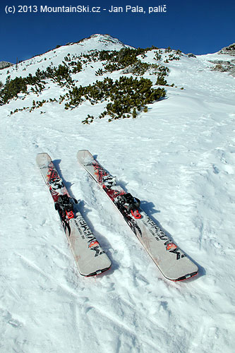 Skis Movement Jackal and binding G3 Onyx on the side ridge of RaxAlpe