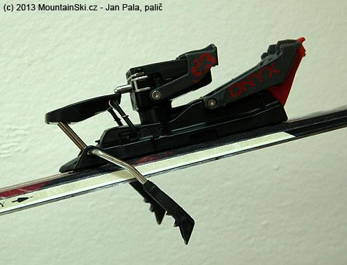 Pata vázání G3 Onyx vpoloze na sjezd, pod brzdou je vidět malý výstupek, který při výstupu fixujebrzdu