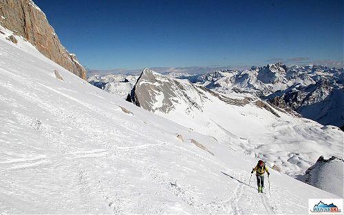 Na pláních pod vrcholovou skalní hradbou Zehner Spitze