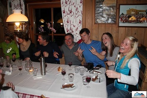 Po slunečném skialpování je potřeba se věnovat i společenským aktivitám - večer na Rifugio Fanes