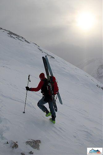 Na hřeben jsme se dostali pěšky s lyžemi na batohu