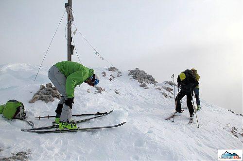 Příprava ke sjezdu z vrcholu Col Bechei de Sora je u konce