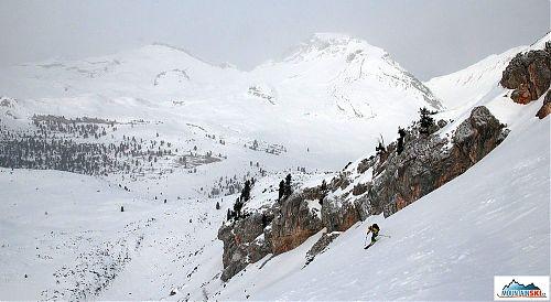 Lehce zamlžené Dolomity, slunce si na neděli vybralo dovolenou