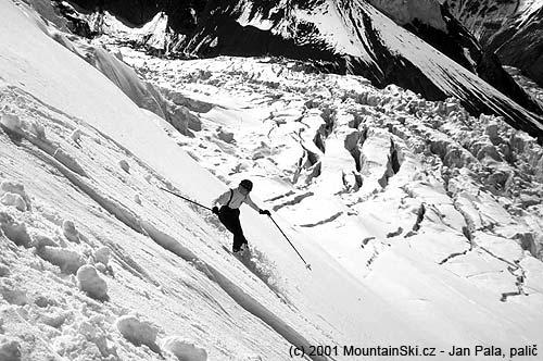 Alice Korbová dělá první oblouk vneporušeném sněhu vdolní části severní stěny Piku Lenina– 7134m– ve výšce asi 4600–4700metrů