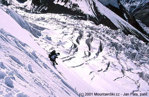 """Petr """"Žrout"""" Novák taktéž najíždí do neporušeného mokrého sněhu a je stržen, POZOR, sklon svahu je správně na první fotce, netady!"""