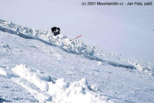 Sněkolika kubickými metry sněhu se rychle nedobrovolně přesunuje na Leninův ledovec, bez možnostivyjetí