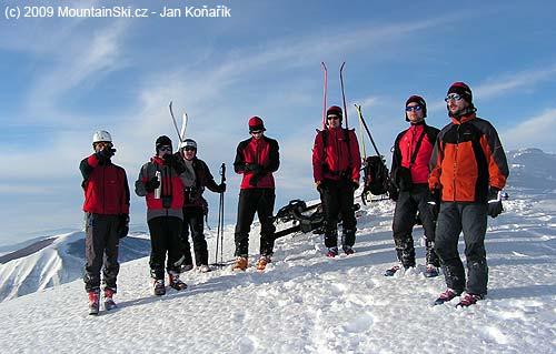 Grupa veselých jedinců na vrcholu Vito