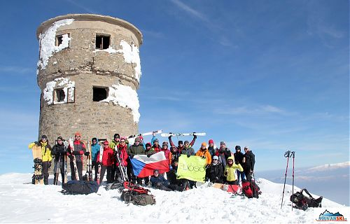 25 people from the tour organized by Naboso o.s. & MountainSki.cz on the summit of Titov vrvu