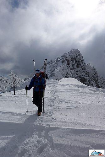 Malou Fatrou s lyžemi na zádech