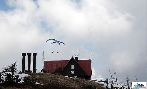 Paraglidiistů bylo v neděli na Lysé, resp. nad Lysou, více než skialpinistů a telemarkerů