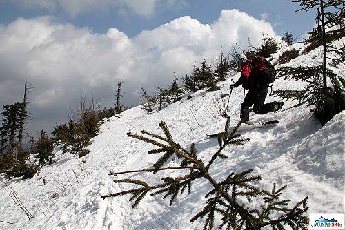 Starší bruder na telemarkových lyžích dole kopcom - sníh byl těký mokrý