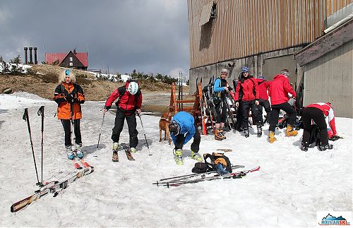 Kombinováno - skialpinisté a telemarkoví lyžaři se chystají ke sjezdu, spojeno s Pažoutem a jeho kolegy z Přerova