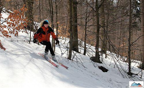 Lenka na skialpech v lese na Lysé