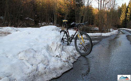 Dopoledne na lyžích na Lysé Hoře, navečer projížďka na kole mezi sněhovými bariérami, škoda, že to tak nejde po celý rok