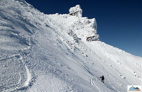 Clarion při sjezdu ve vrcholové části vulkánu Korjakskij