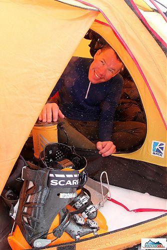 Vysmiaty učastník skialp výletu na Kamčatku vyjadruje maximálnu spokojnost s Jetboilom