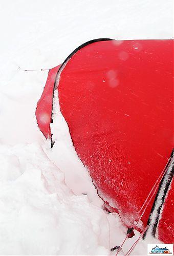 Když sněží vodorovně - Hilleberg Nallo 2 GT odkopaný z boku