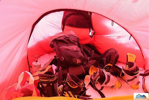 Předsíň je obrovská - tři batohy, skialpinistické skelety,  kytara, vařič, stoupací železa a mnoho dalšího