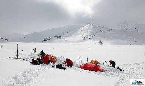 Náš tábor pod vulkánem Viljučinskim - vrchol je napravo od prosvítajícího slunce v mlze