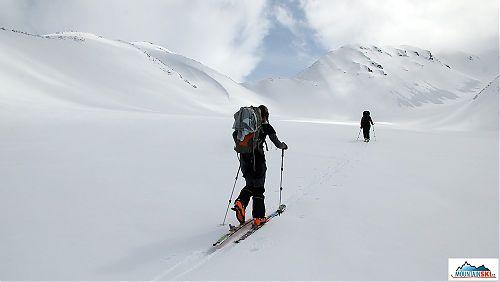 Marta a za ní v závěsu Katka vedou stopu ke splazům a lavinám v dolní části výstupu na Viljučinskij