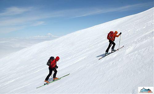 Silná skialpinistická dvojice z Višňového běží na Viljučinskij - výška asi 1300 metrů