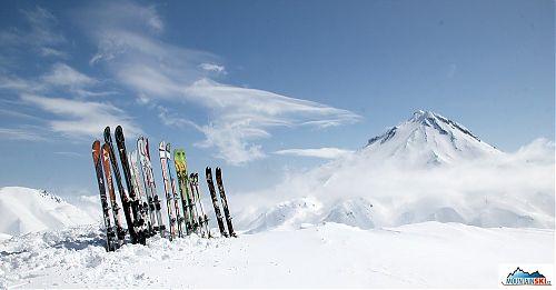 Lyžařský plot na vrcholu přes údolí od Viljučinského