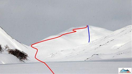 Výstupová trasa - červeně, a sjezdová trasa - modře, z kopce nad sedlem mezi údolím Paratunky a Tichým oceánem