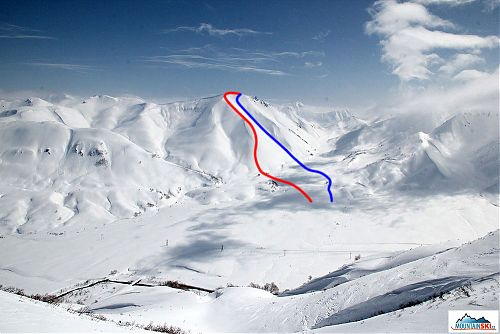 Pik Roman pří pohledu z protilhlého vrcholu, červeně naše výstupová stopa, modře sjezd