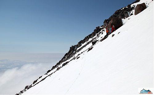 Ve výšce 2480 metrů většina z nás dala lyže na záda, pouze Pažout a Katka pokračovali na lyžích dále