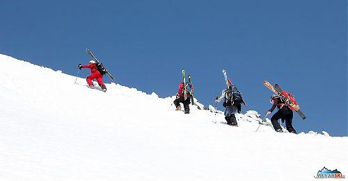 Roman, Matúš, Katka a Mirka stoupají vzhůru k menšímu hřebínku
