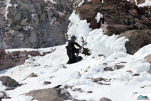 Výška 3050 metrů - Pažout sundává lyže a dává je na batoh
