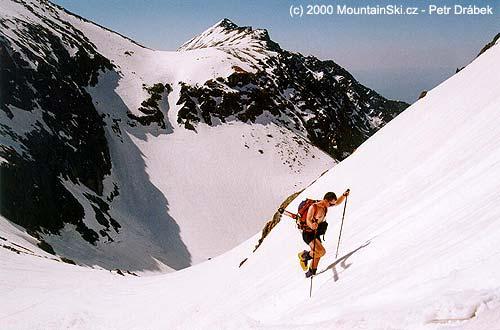 Vnejmenované dolině Vysokých Tater, lyže našikmo přesbatoh