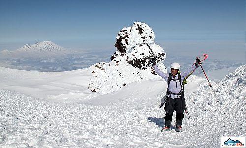 Pro Aljonu to byl už asi osmnáctý výstup na Korjakskij v létě a v zimě, třetí s lyžemi... ale poprvé to bylo s lyžemi až na vrchol