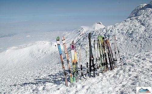 Plot z lyží na vrcholu Korjakského