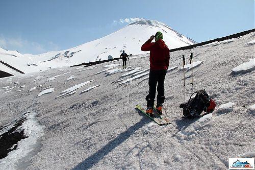 Při výstupu na aktivní sopku může být povrch i v tomto stavu, tj. sníh pokrytý sopečným popelem