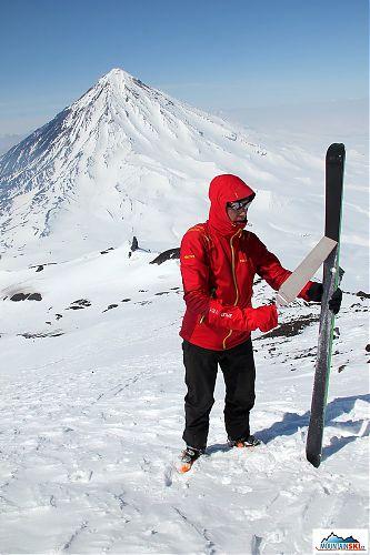Matúš ve výšce asi 2300 metrů sundává stoupací pásy s pomocí G3 love glove, zbytek výstupu bude pěšky