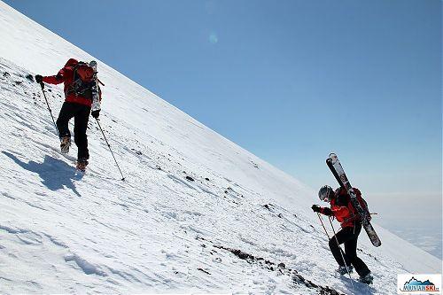 Skialpinisté z Višňového běží hore kopcom na Avačinskou
