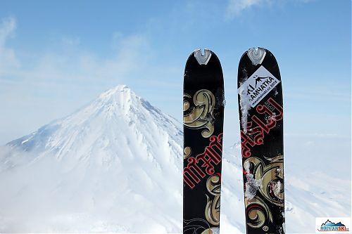 S lyžemi Dynafit Manaslu na vrcholu Avačinské, na pozadí Korjakskij, na němž jsme byli o den dříve